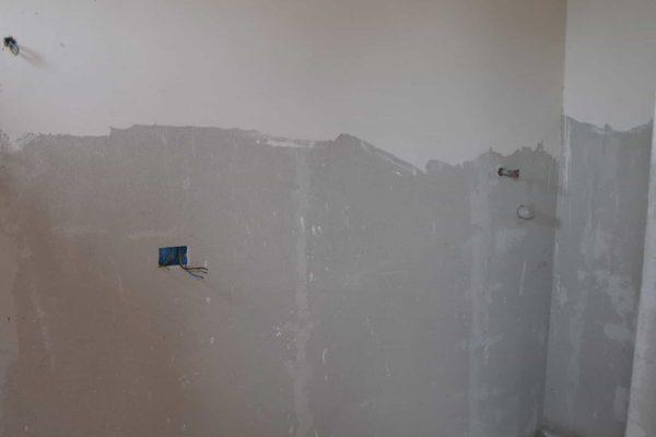 DSC_0583 - Badkamer bij een slaapkamer met water en electra aansluitingen