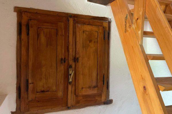 raam en trap naar maisonette